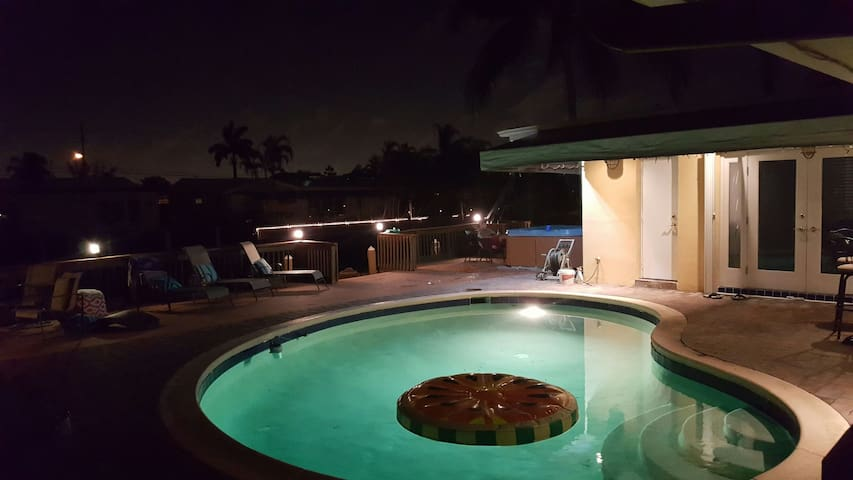 WATER HOME GETAWAY HOT TUB AND POOL - Fort Lauderdale - Huis