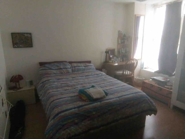 Double Room in spacious flat in  London Bridge