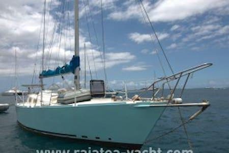 Voilier au mouillage - Tahiti - Puna'auia