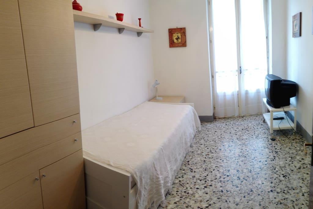Camera da letto con letto 4 usi (singolo, matrimoniale, divano, cassettone) e TV