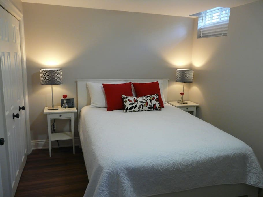 Queen bed with side tables and lamps