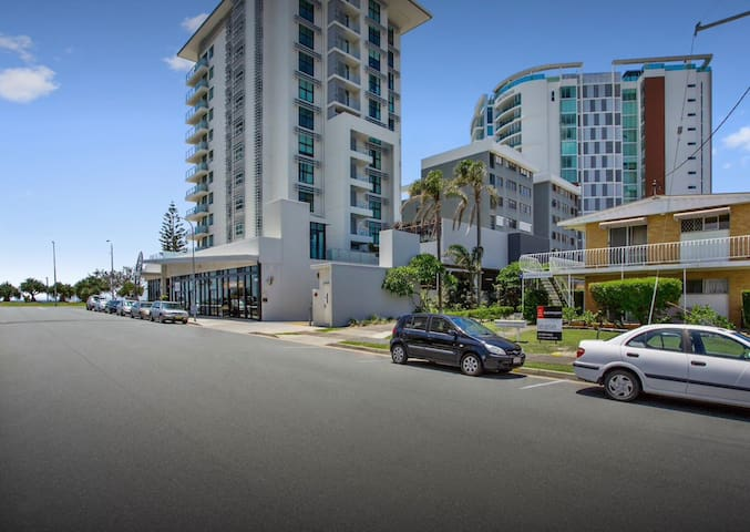 Beachside Unit only Foot Steps to KIRRA BEACH