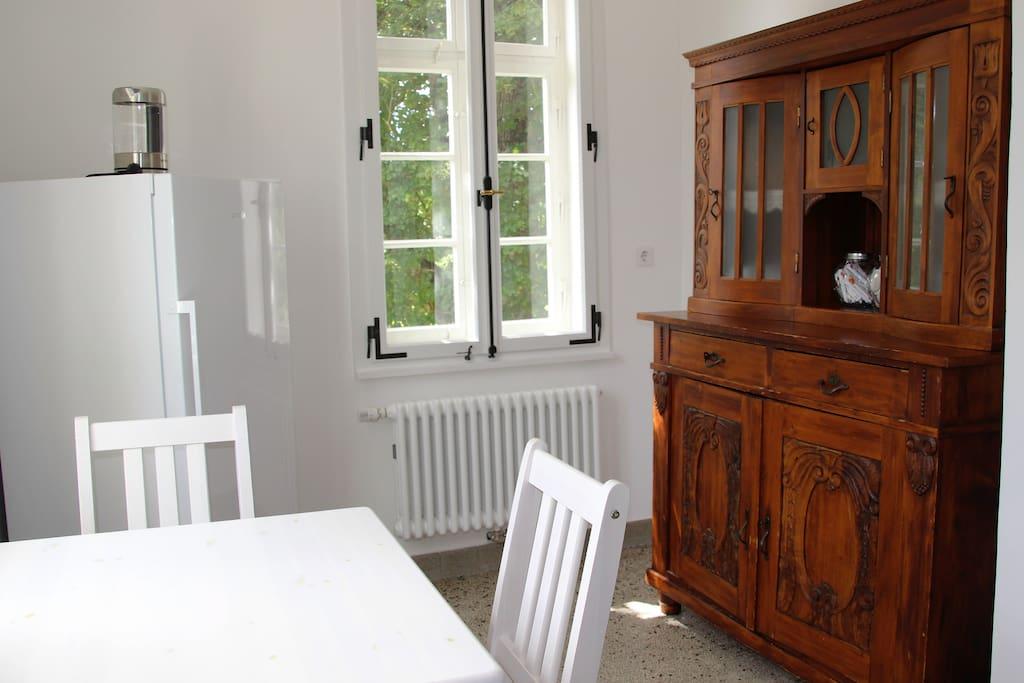 Die Küche mit kompletter Einrichtung