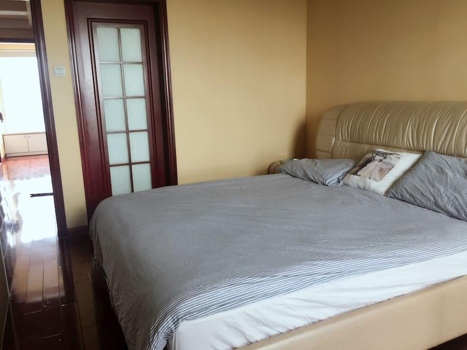 Huge bed , IKEA bedding 宜家床上用品,超大皮床。