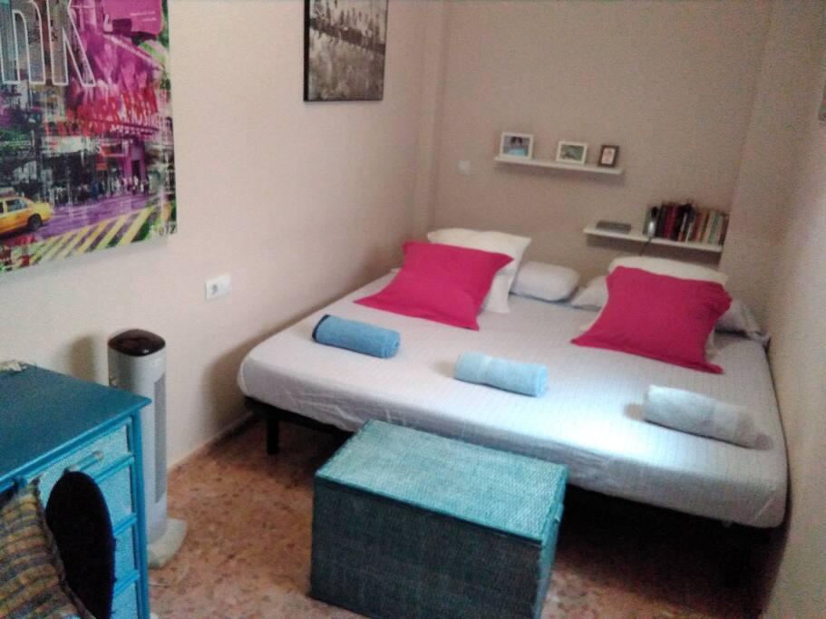 habitación con cama xxl muy grande y luminosa