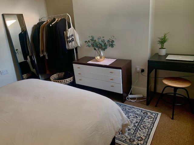 Cozy & Minimalist Room In Victorian House