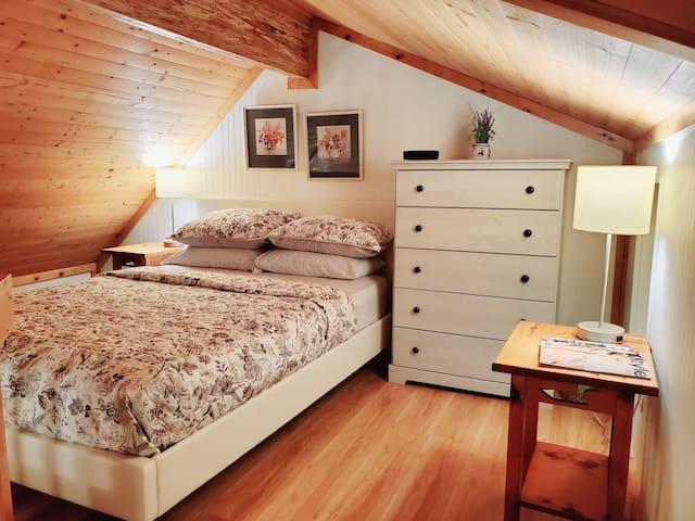 Queen bed in loft bedroom.