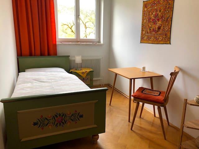 Oranges Einzelzimmer in wunderschönem Landhaus
