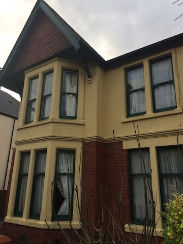 Large Family Home. sleeps 10-12 Great location - Cardiff - Dom