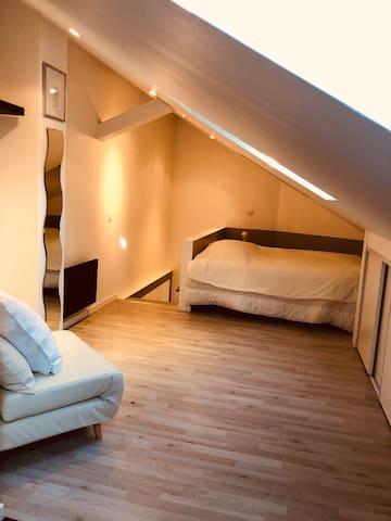 Grand lit 160x200 à l étage et lit simple pliant avec matelas supplémentaire