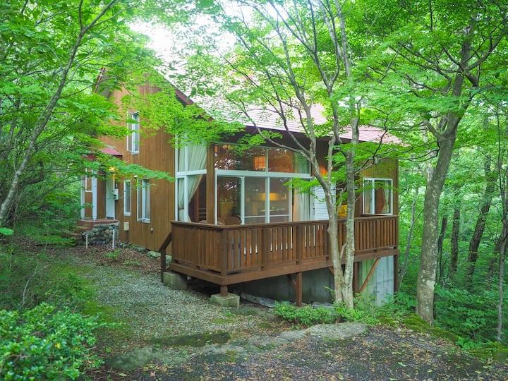 緑の森の中、デッキで那須を満喫。静寂、小鳥のさえずり、木々の香。ぜひゆったり時間をお楽しみください。