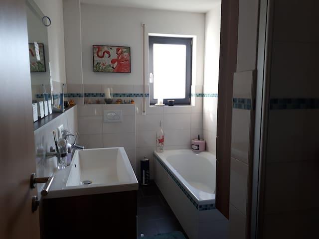 Badezimmer mit Dusche und Badewanne (wird gemeinsam genutzt)