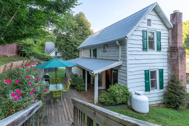Downtown pet-friendly Dillsboro home w/ fireplace - front porch & back deck!
