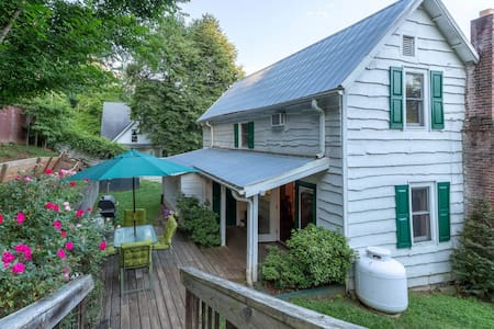 Downtown, dog-friendly, Dillsboro home w/ fireplace - front porch & back deck!