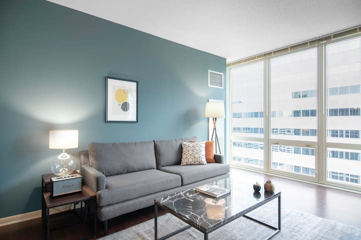Modern Loop 1BR w/ Roofdeck, Pool, Theater, near the L by Blueground