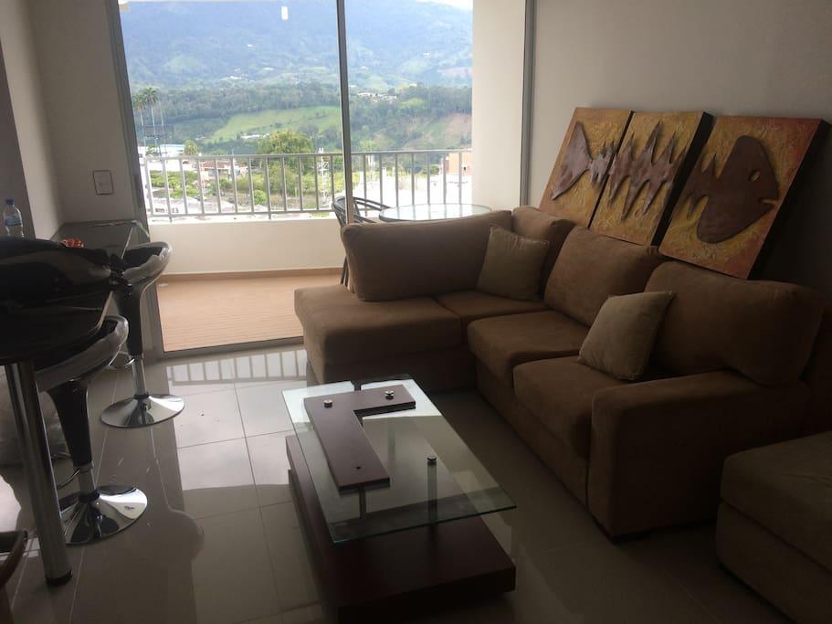 La sala cuenta con un amplio balcón con una mesa ideal para desayunar con vista a la cordillera.