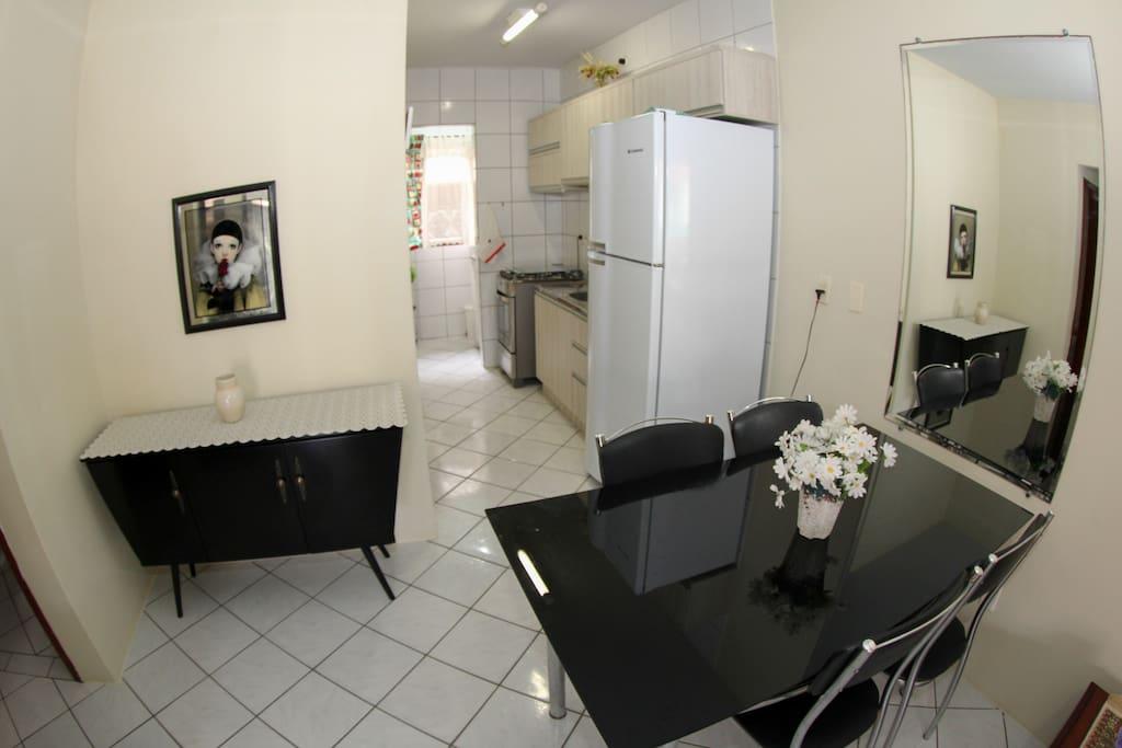 Mesa de jantar e cozinha