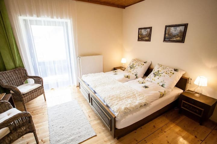 Doppelzimmer mit Balkon im Hotel Bad Jungbrunn
