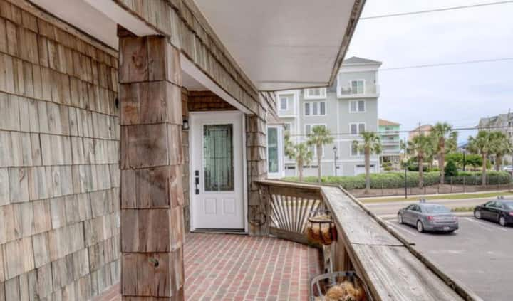 Close to beach! Large 1BR suite w/private access.