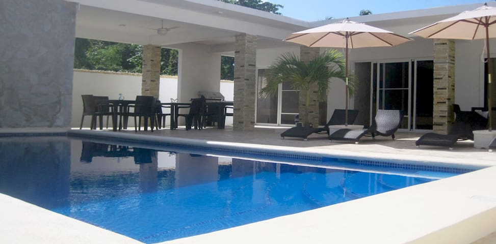 Beachfront villa, 6 bedrooms, perfect for groups