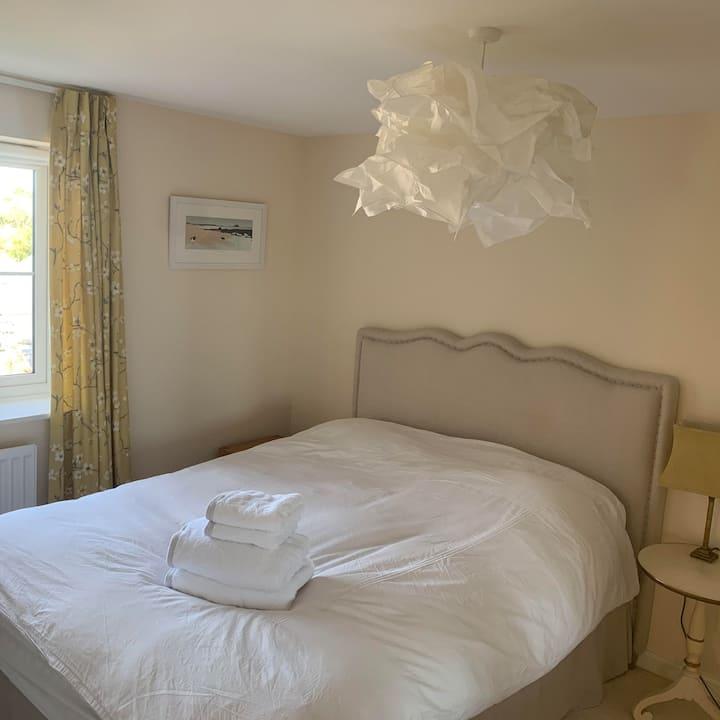 Modern king size bedroom, en-suite & double shower