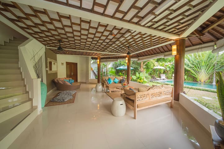 Spacious villa w. PRIVATE pool in heart of Canggu