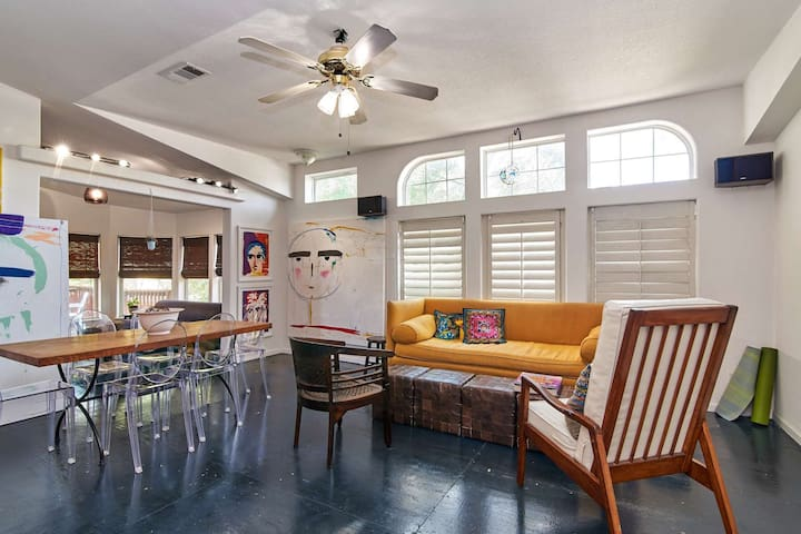 Come & Experience the True South Austin Vibe! Authentic Artist Bungalow- Walk to Dining- Mins to DT
