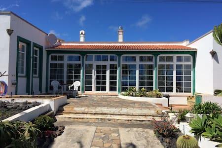 Private house overlooking the ocean - Puntallana - 独立屋