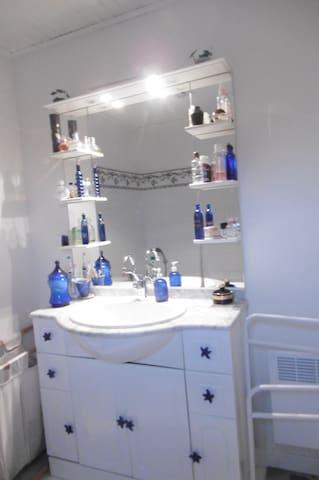 Chambre  , salle de bain partagée.
