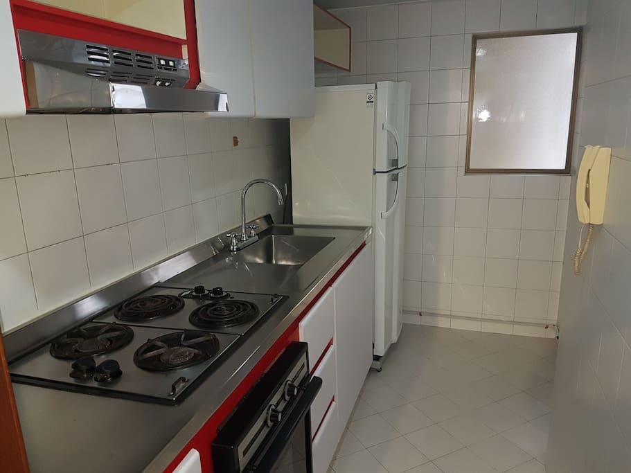 estufa, horno, nevera vajilla utensilios necesarios