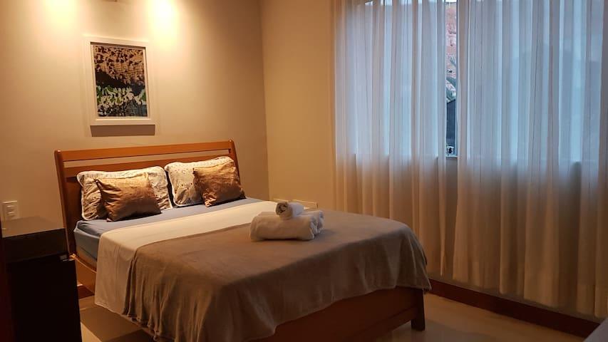 Terceiro quarto com cama casal e ventilador