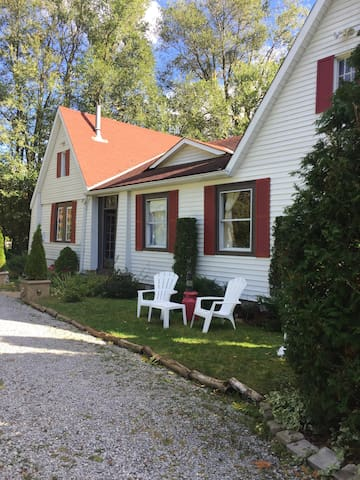 Original Cottage in Jacksons's Point-4 Bedrooms