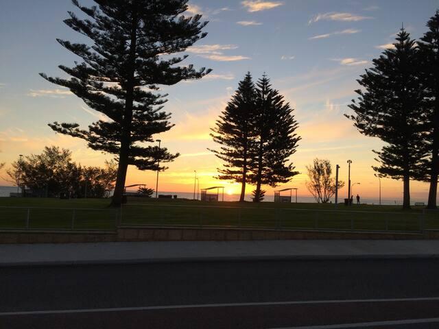 Mullaloo Retreat - Sunset over Tom Simpson Park Mullaloo