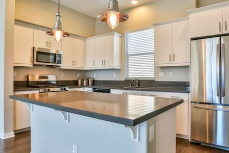 Beautiful and convenient new townhouse Room2 - Upland - Apartment