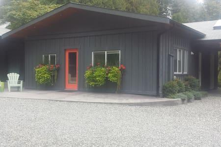 Cozy, family-friendly cottage - Roberts Creek - Chatka