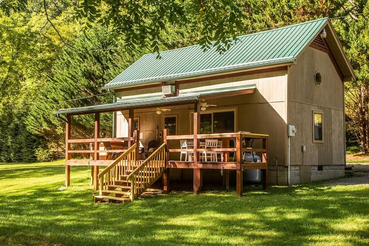 *NO GUEST SERVICE FEE* Secluded Creek Front Home w/ Hot Tub - Panther Creek Cabin