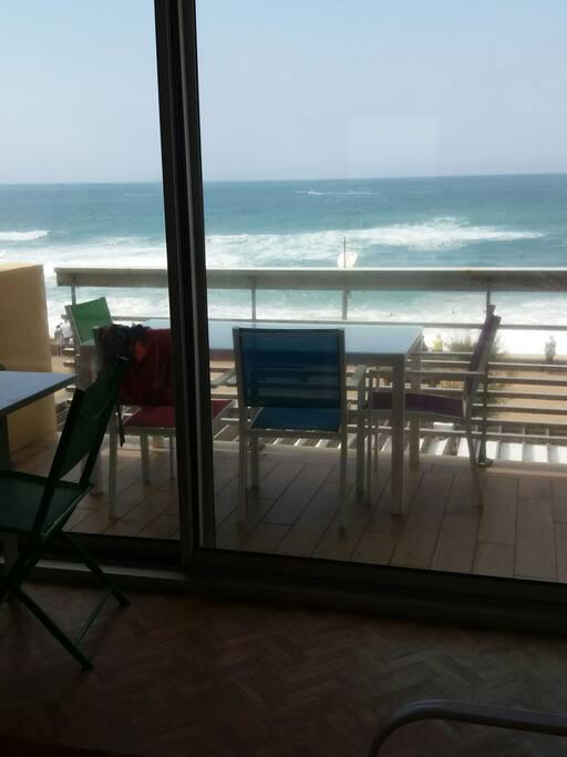 Terrasse avec coin repas face à l'océan