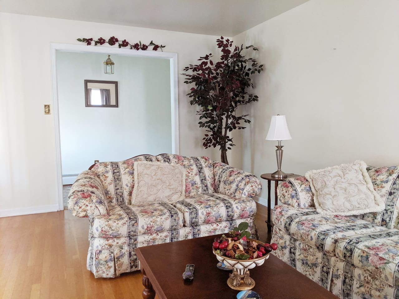Living room * A cozy spot to gather and chill-out! Spacious living room with  beautiful hardwood flooring.  * Ficus tree with white lights, extra pillows and thows enhance your comfort. * Large beautiful bay window with vertical blinds.