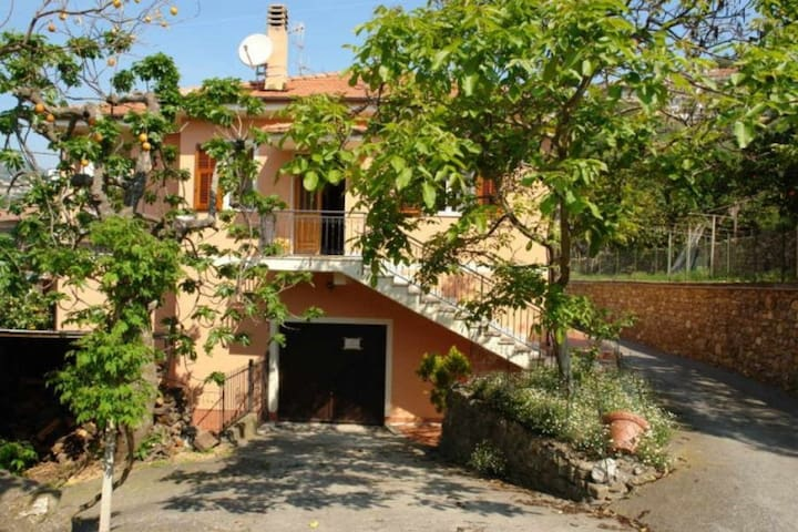 Casa Campagnola. Quiet surroundings 4 bedrooms 2 bathrooms Beautifully located house with terrace.