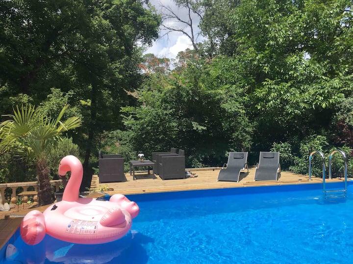 Soleil et fraicheur en bord de rivière et piscine