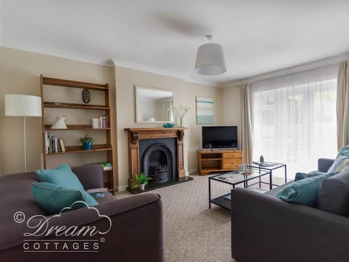 Spacious flat beach 5 mins -professionally cleaned