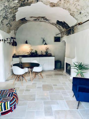 Licht luxe huis met open haard en wijds uitzicht