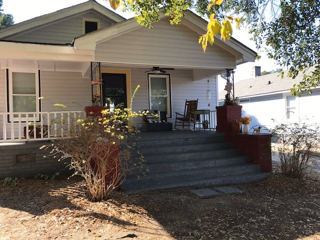 Cozy Bungalow with 2 bedrooms, great front porch