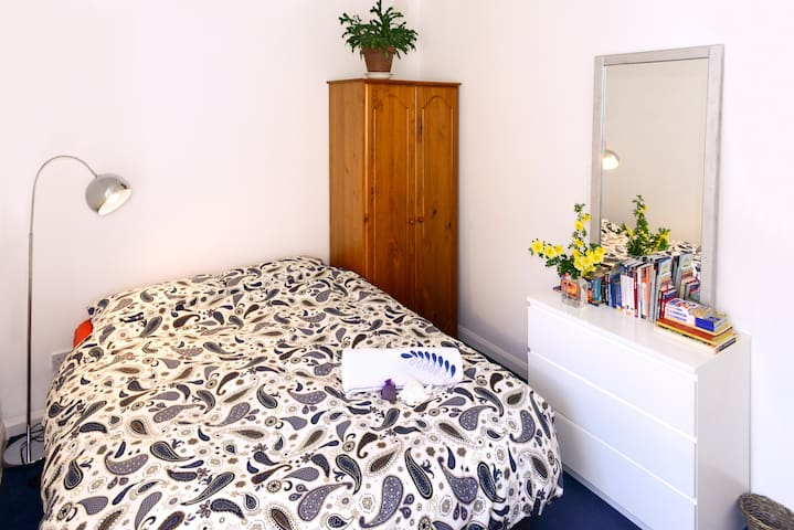 Quiet and Cosy Double Bedroom in Great Location.