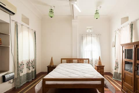 Big Indo-french room with garden
