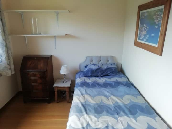 Single room in quite house. Near woods and shops