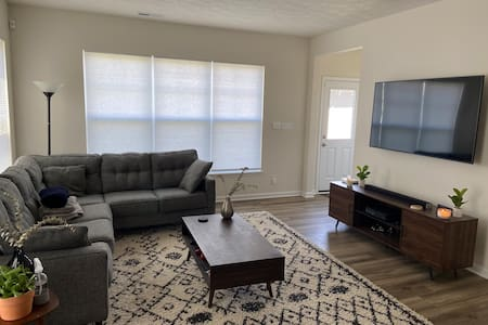 Private room in Modern home close to Downtown!