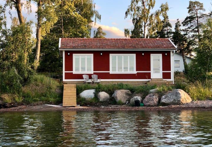 Stuga vid havet, nära både Stockholm och Vaxholm.
