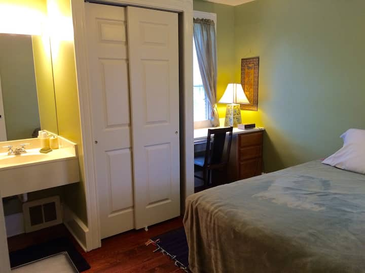 Rooms in Lititz; walk to downtown