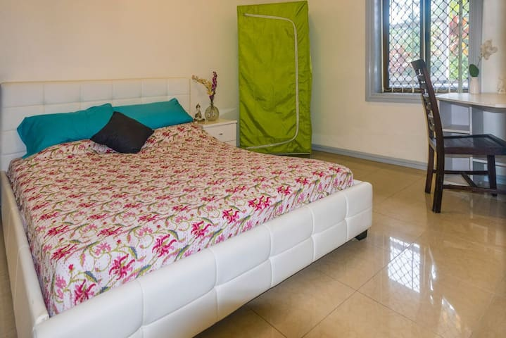 Big room with own bathroom. Near to all amenities - Granville - Ev